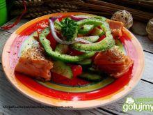 Sałatka z papryki i łososia