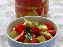 Sałatka z papryki i ogórków na zimę