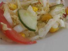 Sałatka z pekińskiej z kukurydzą i pomidorem