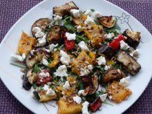 Sałatka z pieczonych warzyw na rukoli