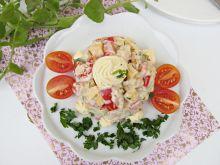 Sałatka z pieczonym kurczakiem, serem i musztardą