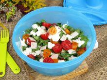Sałatka z pieczonym schabem, pomidorkami i serem