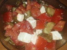 Sałatka z pomidora, fety i ogórka kisoznego