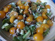 Sałatka z pomidorami, awokado i orzechami