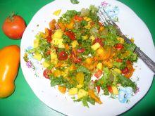 Sałatka z pomidorami suszonymi, świeżymi i papryką