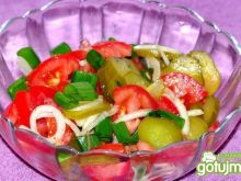 Sałatka z pomidorem i kiszonym ogórkiem