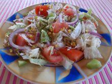 Sałatka z pomidorem, kiwi i kiełkami