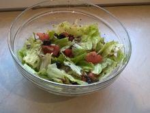 Sałatka z pomidorem, oliwkami i pestkami dyni