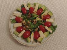 Sałatka z pomidorkami, awokado i serem brie