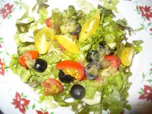 Sałatka z pomidorkami koktajlowymi i oliwkami