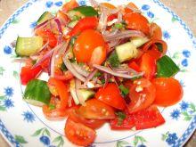 Sałatka z pomidorków i czerwonej cebulki