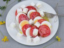 Sałatka z pomidorów, jajek i serka