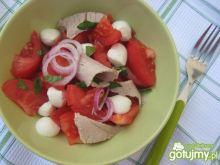 Sałatka z pomidorów, mozzarelli i szynki