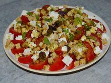 Sałatka z pomidorów z serem feta i grzankami