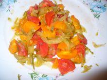 Sałatka z pomidorów i ogórka kiszonego