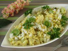 Sałatka z porem, ryżem i ogórkami konserwowymi