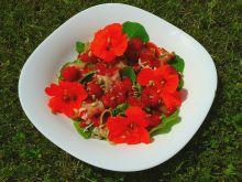 Sałatka z prosciutto, nasturcjami i malinami