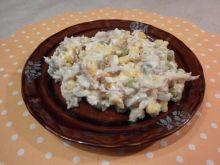 Sałatka z pstrąga z groszkiem i kukurydzą