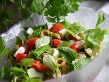 Sałatka z roszponką, papryką, serem feta, oliwkami