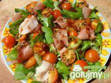 Sałatka z roszpunką, pomidorkami i czarn
