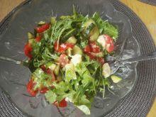 Sałatka z rukolą, pomidorami i pieczoną cukinią