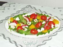 Sałatka z rukoli fety i pomidorków