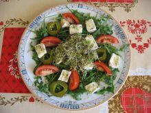 Sałatka z rukoli i sera pleśniowego z kiełkami