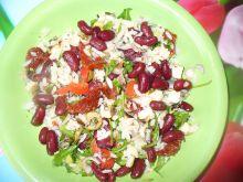 Sałatka z ryżem i czerwoną fasolą