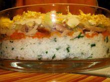 Sałatka z ryżem i rybą wędzoną