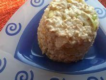 Sałatka z ryżem, tuńczykiem i brzoskwinią