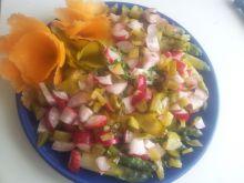 Sałatka z ryżu brązowego szparagów rzodkiewek