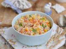 Sałatka z ryżu, marchewki, tuńczyka i kukurydzy
