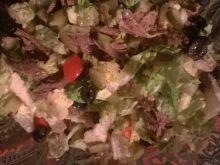 Sałatka z sałata rzymską, mozzarella i kaczką