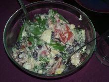 Sałatka z sałaty lodowej z fetą i fasolką