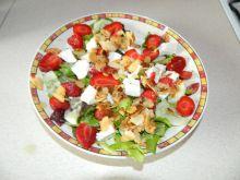 Sałatka z sałaty,truskawek,fety,ogórka i migdałów