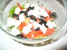 Sałatka z serem feta i oliwkami czarnymi