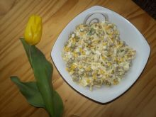 Sałatka z serem, groszkiem i kukurydzą