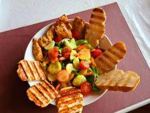 Sałatka z serem halloumi i kurczakiem
