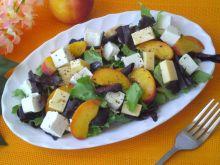 Sałatka z serem i brzoskwinią