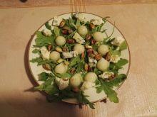 Sałatka z serem pleśniowym i jabłkowym kuleczkami
