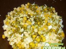 Sałatka z serem żółtym