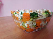 Sałatka z sosem czosnkowym i ziarnami słonecznika