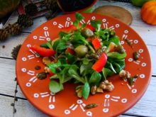 Sałatka z sosem pesto i z  oliwkami zielonymi