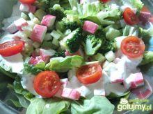 Sałatka z surimi i brokułami