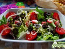 Sałatka z surimi i oliwkami