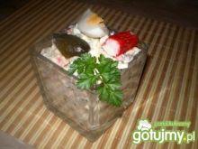 Sałatka z surimi, ogórka kiszonego i jaj