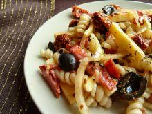 Sałatka z suszonymi pomidorami, oliwkami i salami