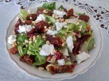 Sałatka z suszonymi pomidorami, serem i orzechami