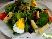 Sałatka z szparagami i jagodowym sosem