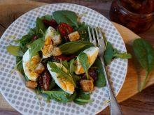 Sałatka z szpinakiem i jajkiem
